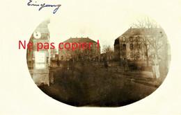 CARTE PHOTO ALLEMANDE - ENTREE DE LA CASERNE TRANSFORMEE EN CAMP DE PRISONNIERS A STENAY MEUSE - GUERRE 1914 1918 - Guerre 1914-18