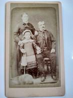 Photo CDV - Portrait De Famille Parents Fillette Et Animal De Compagnie - Photo Baudy, Lyon  BE - Oud (voor 1900)