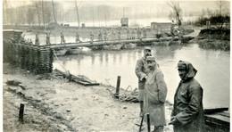 PHOTO FRANCAISE - POILUS AMBULANCE SUR PASSERELLE - INNONDATIONS PRES DE NOYON - OISE - GUERRE 1914 1918 - 1914-18