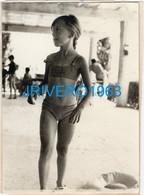 REAL PHOTO, Jeune Fille à La Plage, BIKINI, 75X105MM - Persone Anonimi