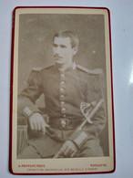 Photo CDV Militaire - Jeune DRAGON Assis - Sabre - Circa 1875/80  - Photo Provost à Toulouse - BE - Guerra, Militares