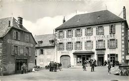 15 , NEUVEGLISE , La Place Et Les Hotels , *  454 34 - Otros Municipios