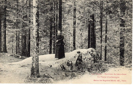 88 - GERARDMER - La Pierre Charlemagne - Une Femme Et Un Enfant - Gerardmer