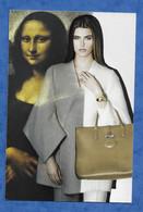 CP Paris Magasin Printemps Carroussel Du Louvre Mode Femme Sac Lonchamp Joconde En Arrière Fond - Mode