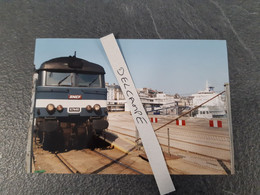 SNCF : Photo Originale L THOMAS : Locomotive Diesel BB 67446 à Dieppe Maritime (76) En 1993 - Treinen