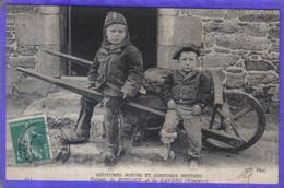 Carte Postale 29. Roscoff Et Santec  Enfants  Coutumes Moeurs Et Costumes Bretons Brouette Très Beau Plan - Roscoff