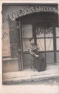 12 - Carte Photo à Situer - Une Belle Pose  Devant Le Café Et Débit De L'Aveyron - Unclassified