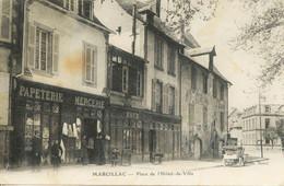 12011 -  Aveyron - MARCILLAC :   PAPETERIE MERCERIE à Gauche  - PLACE DE L'HOTEL DE VILLE -- ANIMATION  Circulée - Altri Comuni