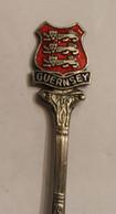 Petite Cuillère En Métal Argenté GUERNSEY Guernesey Blason EPNS - Spoons