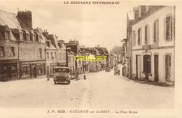 56 Guéméné Sur Scorff, Place Bisson, Vieux Tacot Au 1er Plan ..., Visuel Pas Courant - Guemene Sur Scorff