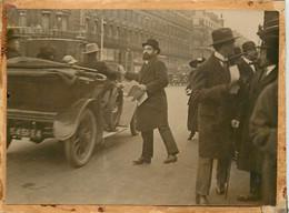 2 PHOTOS PLACE DE L'OPERA DISTRIBUTION DE TRACS POUR L'OBSTENTION DU VOTE DES FEMMES 1918? - Autres