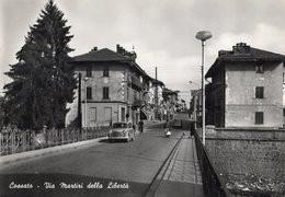 CT-03298- COSSATO- VIA MARTIRI DELLA LIBERTA AUTO EPOCA BICI VESPA VIAGGIATA 1957 DISTRIBUTORE ESSO - Europa