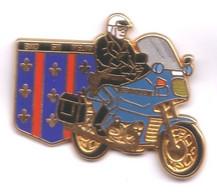 PP113 Pin's Gendarmerie Gendarme Motard Moto BMO MELUN Signé Ballard  Achat Immédiat Immédiat - Militares