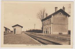D37 - LIGRE RIVIERE - GARE - 3  Hommes Devant La Gare - Carte Sépia - Other Municipalities