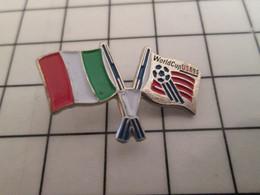 712B Pin's Pins / Beau Et Rare / THEME : SPORTS / FOOTBALL MONDIAL 94 USA DRAPEAU ITALIEN - Calcio