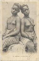 AFRIQUE.  SENEGAL. DAKAR.  JEUNES FILLES AUX SEINS NUS.  EDITION FORTIER. CARTE ECRITE ET TIMBRE - Sénégal