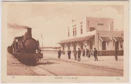 TUNISIE -  GABES - LA GARE - Plusieurs Personnes - Train En Gros Plan - Carte Légèrement Rosée - Tunisie