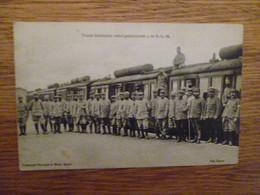 POILUS POSANT DEVANT UN TRAIN SANITAIRE - Oorlog 1914-18