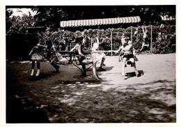 Photo Originale Enfants Sur Tourniquet Au Jardin D'Enfants Par Willy Capitain - Essen Vers 1960/70 - Gegenstände