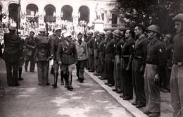 Grande Photo Originale Défilé Et Revue FFI Du Commandant Jean MAREY (1906-1959) Colonel  Commandeur Légion D'Honneur - Guerra, Militares