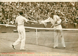 Photo De Presse - Tennis Stade Roland Garros  Coupe Davis TILDEN BOROTRA Se Serrent La Main 25 Juillet 1930 - Sport