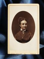 Photo CDV Géruzet à Bruxelles  Portrait Jeune Femme (Isabelle Barbiaux Née Piron) Croix Autour Du Cou  CA 1880 - L527 - Ancianas (antes De 1900)