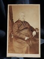 Photo CDV Herbert à Beauvais  Religieux Corpulent  Prêtre, Abbé, Curé Agé Assis  Sec. Empire  CA 1865 - L527 - Ancianas (antes De 1900)