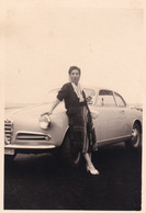 Foto Di Donna Adiacente Automobile D'epoca - Trapani - Cm 10 X 7,05 Circa - Coches
