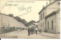 - ARDENNES - VOUZIERS - La Cour De La Gare Avec Au Verso, Nom Des Employés Numérotés - Otros Municipios