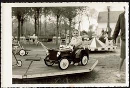 Photo 12,5 X 8,5 Cm - 1962 - Fillette Dans Une Voiture Jeep - Carrousel Manège - Foire Forain - Snapshot - Voir Scan - Auto's
