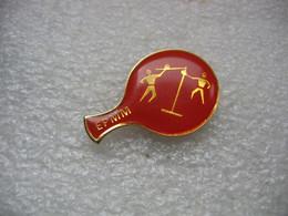 Pin's D'une Raquette De Ping Pong De Couleur Rouge  EPMM (Fédération Française Du Sports Pour Tous) - Tennis Tavolo