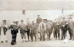 Groupe De Chasseurs Dans La Cour De La Ferme A IDENTIFIER - Jagd