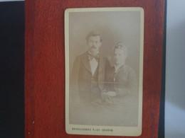 CDV Ancienne  Années 1880. Portrait D Un Couple élégant. Photographe BOISSONNAS.  GENÈVE - Alte (vor 1900)