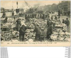 62 BOULOGNE SUR MER. Le Triage Du Poisson Sur Le Quai Avant La Criée. Bateaux Et Pêcheurs Et Métiers De La Mer - Boulogne Sur Mer