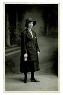 Ref 1428 - Early Real Photo Postcard - Woman Holding A Small Purse - Fashion Theme - Fotografia