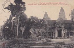 CPA ANGKOR WAT LE CHEF DES BONZES SUR LA TERRASSE EN CROIX DU 1ER ETAGE - Cambogia
