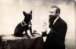 Carte Photo Originale Animaux - Portrait Studio De Erich Hamann Dressant Son Chien Bulldog Français Vers 1900/10 - Persone Identificate