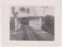 974 - ILE DE LA REUNION -  PHOTO - LE TRAIN ARRIVANT  SUR LE PONT DE CHEMIN DE FER - LIEUX A DETERMINER - Trenes