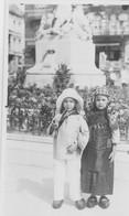 Enfants Déguisés, Devant Un Monument.  Scan - Heist