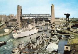 BREST ,  Le Grand Pont Levé Pour Le Passage D'un Bateau ,  Remorqueurs Et Bateaux Militaires - Brest