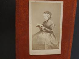 CDV Ancienne  1867. Portrait D Une Femme élégante. Photographe DISDERI À PARIS - Antiche (ante 1900)