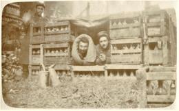 PHOTO FRANCAISE - POILUS DORMANT DANS UN STOCK DE BOUTEILLES A SUIPPES PRES MOURMELON  MARNE - GUERRE 1914 1918 - 1914-18