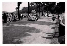 Photo Originale Sur La Route Du Tour De France Cycliste Et Caravane De Panhard Dyna X Vers 1947 - Coches