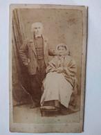 Photographie CDV - Couple Âgés Debout - Pieds Vieille Femme Sur Petit Tabouret - Par Sereni , Chambéry - Etat - Oud (voor 1900)