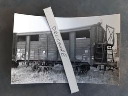 SNCF : Photo Originale G LAFORGERIE :wagon Kf 381125 Couvert Avec Vigie Haute Non Couverte En 1960 - Trains