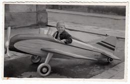 BAMBINO SU AEREO GIOCATTOLO CHILD ON TOY PLANE - FOTO ORIGINALE 1960 CIRCA - Luftfahrt