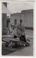 BAMBINI SU AEREO GIOCATTOLO CHILDREN ON TOY PLANE - FOTO ORIGINALE 1960 CIRCA - Luftfahrt