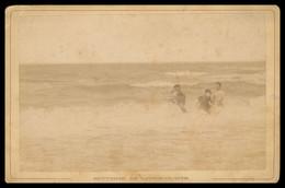 PHOTO CDV - Albuminée - Avant 1900 - Souvenir De LION SUR MER - Famille Avec Enfants Dans La Mer - J. BRECHET - CALVADOS - Antiche (ante 1900)