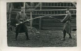 Carte Photo De Deux Sous-officier Francais Jouant De La Baïonnette Dans Leurs Caserne - Guerra, Militari