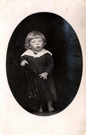 C. Photo Originale Portrait Studio De Fillette Aux Pieds Nus En Médaillon Vers 1920 - Persone Anonimi